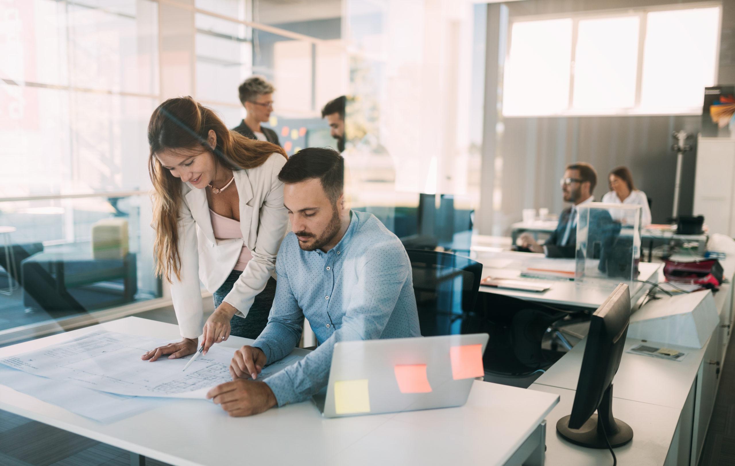 Gruppe Mitarbeiter, die zusammen an Geschäftsprojekt im modernen Büro arbeiten